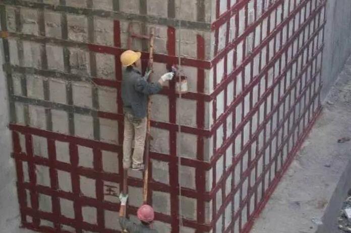 有建筑结构补强、加固问题困扰,不用担心,四维加固公司替您解决一切后顾之忧!我们拥有专业的施工团队,多年的施工经验,四维加固公司值得信赖! 在这里给大家介绍一些常用的加固技术方法,值得收藏!  一.增大截面加固法 对钢筋混凝土结构而言,增大截面法是通过采用同种材料(钢筋混凝土)来增大原混凝土结构截面面积,从而达到提高结构承载能力的目的。 当梁、柱构件抗力不够时,常采用增大截面法,其优点如下: (1)、施工技术成熟,便于施工; (2)、质量好,可靠性强; (3)、提高抗力及构件刚度的幅度大,尤其对柱增加稳定性
